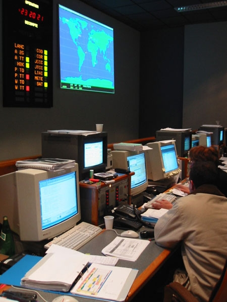 Salle de contrôle d'où sont suivies les opérations de mise à poste. Crédits : CNES